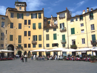 Piazza Anfiteatro a Lucca